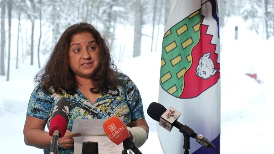 Kami Kandola parle au lutrin pendent une conférence de presse.