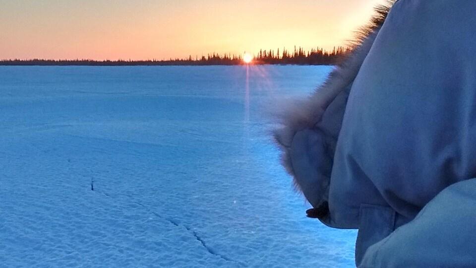 vue sur le soleil qui se couche sur le Grand lac des Esclaves