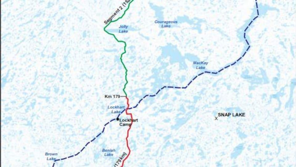 Un tracé de la route de toutes saisons de la province géologique des Esclaves sur une carte de la région.