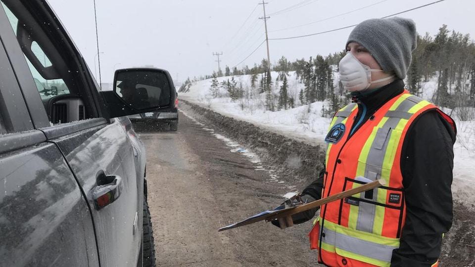 Un contrôle routier pendant lequel une agente chargée de faire respecter les règles pose des questions à des automobilistes.