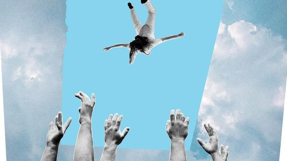 Un personnage tombe du ciel avec des mains qui tentent de le rattraper.