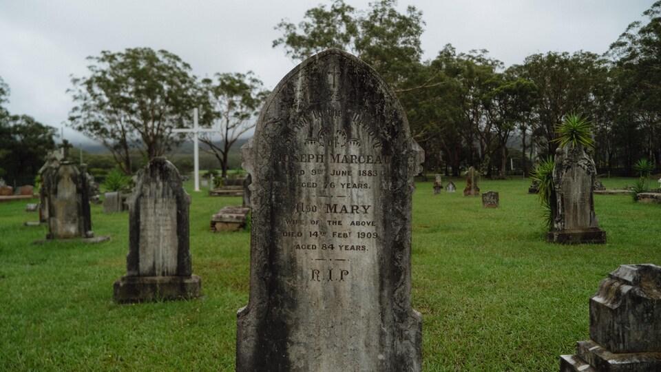 La tombe de Joseph Marceau, au milieu d'autres pierres tombales dans le cimetière