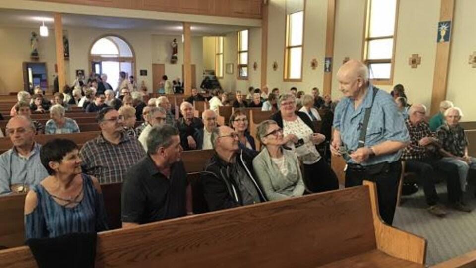 Des personnes assises dans une église.