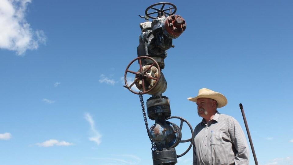 Tony Bruder devant un puits abandonné sur son terrain