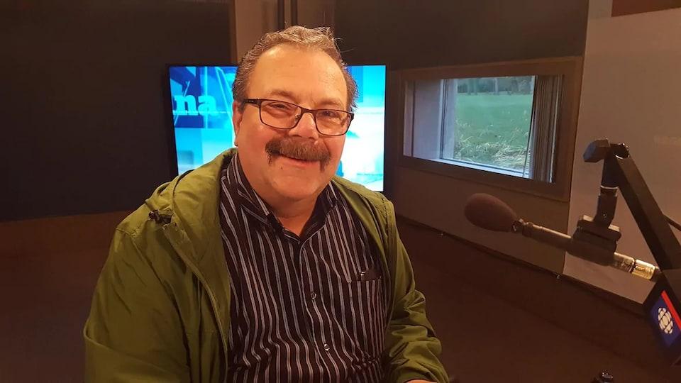 Tony Fiacco dans un studio radio.
