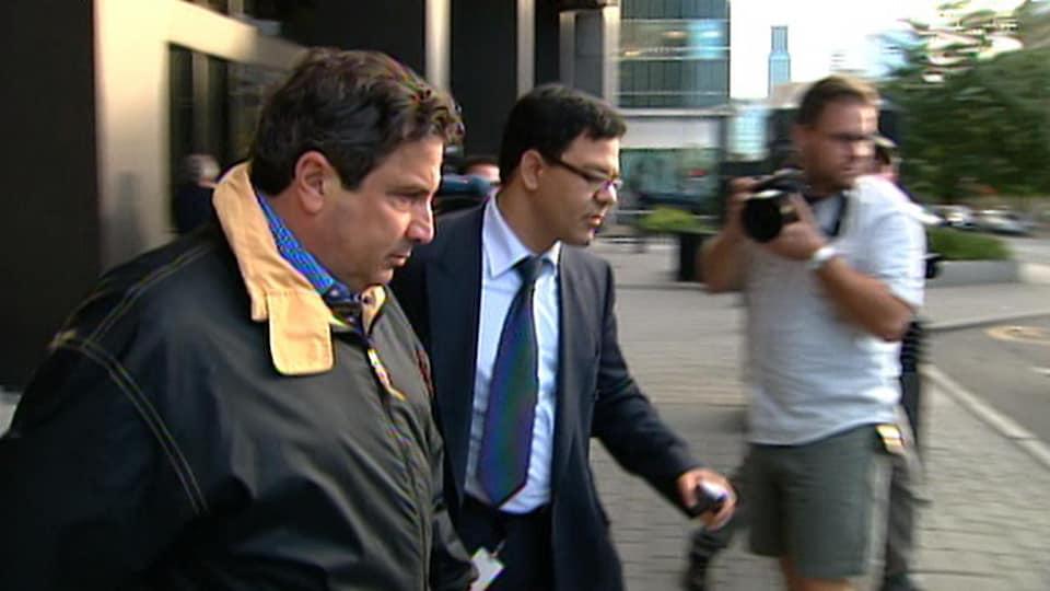 Tony Magi escorté par son avocat.