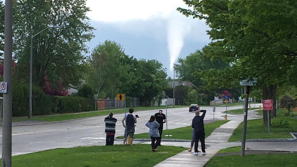 Des citoyens observent la tornade.