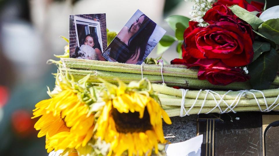 Des fleurs et deux photos de Reese Fallon auprès d'une fontaine d'eau.