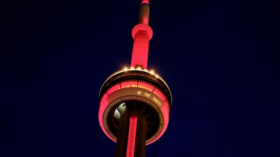 La Tour CN illuminée aux couleurs des Raptors avec la mention We the North.