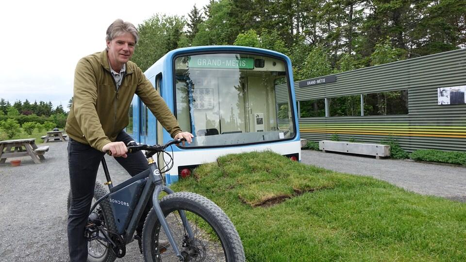 Alexander Reford, le directeur des Jardins de Métis sur son vélo électrique. Il a fait installer une borne de recharge pour le grand public et une autre pour les employés de l'entreprise