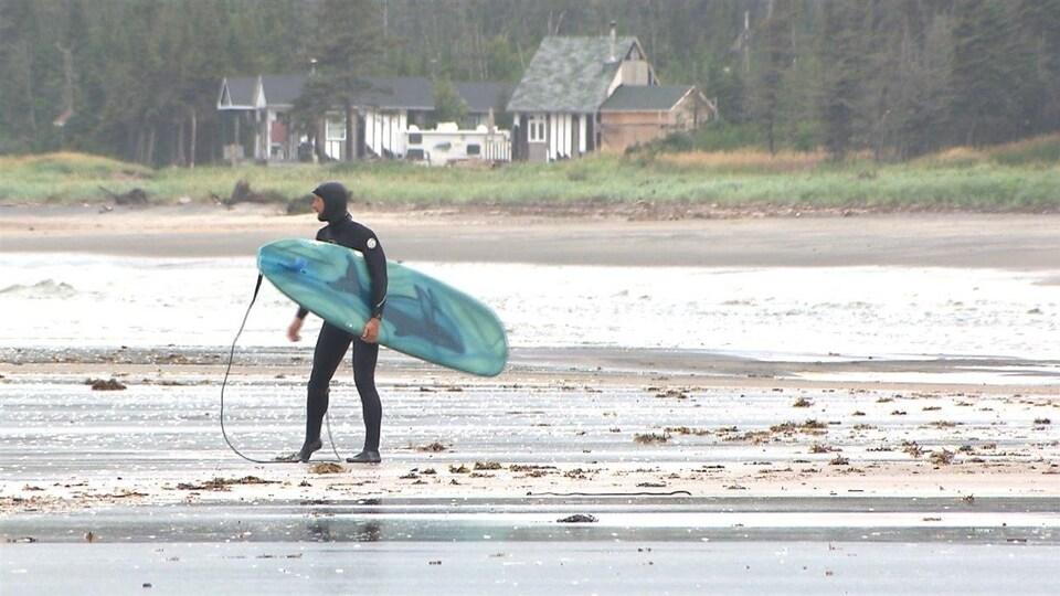 Les nombreuses plages de la Côte-Nord se prêtent à la planche de surf.