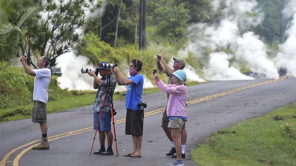 Des touristes prennent des photos.