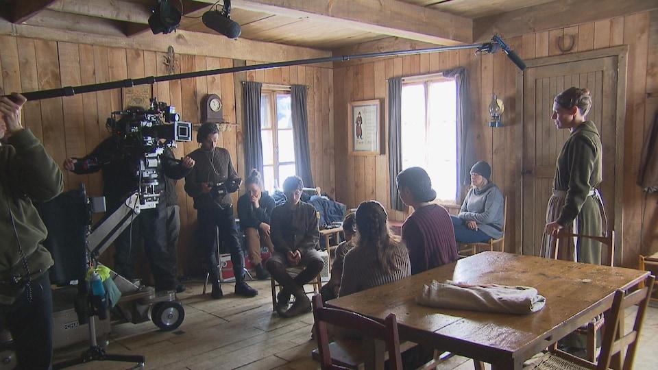 Une équipe de tournage dans une petite maison.