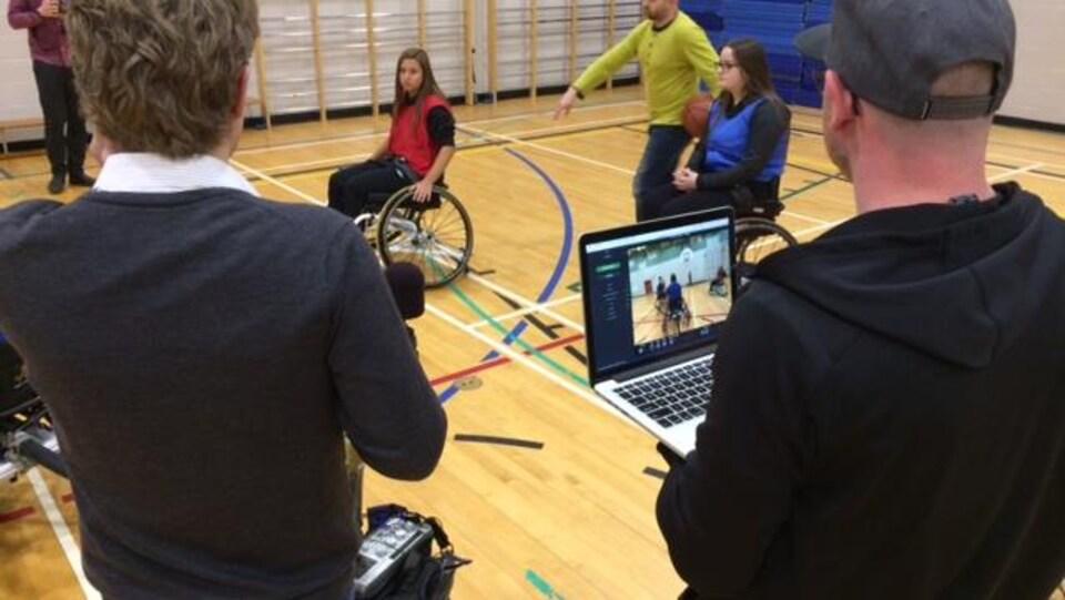 L'équipe de tournage a beaucoup de mises au point à faire pour ce premier tournage en réalité virtuelle.