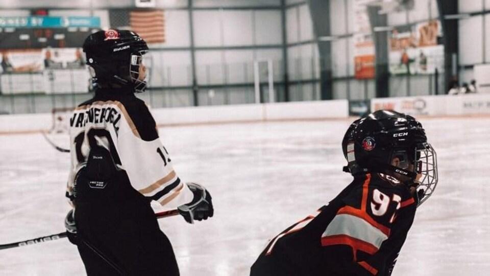 Deux joueurs de hockey sur glace.