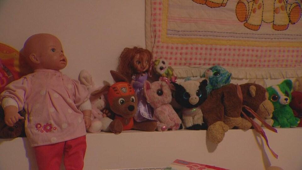Des jouets et des animaux en peluche dans une chambre d'enfant.