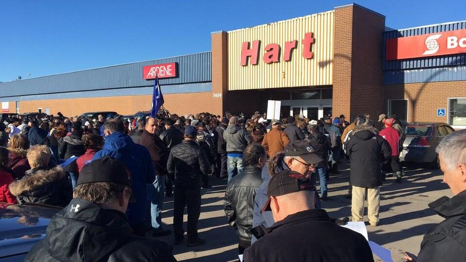 La foule est massée devant les bureaux de Service Canada à Tracadie.