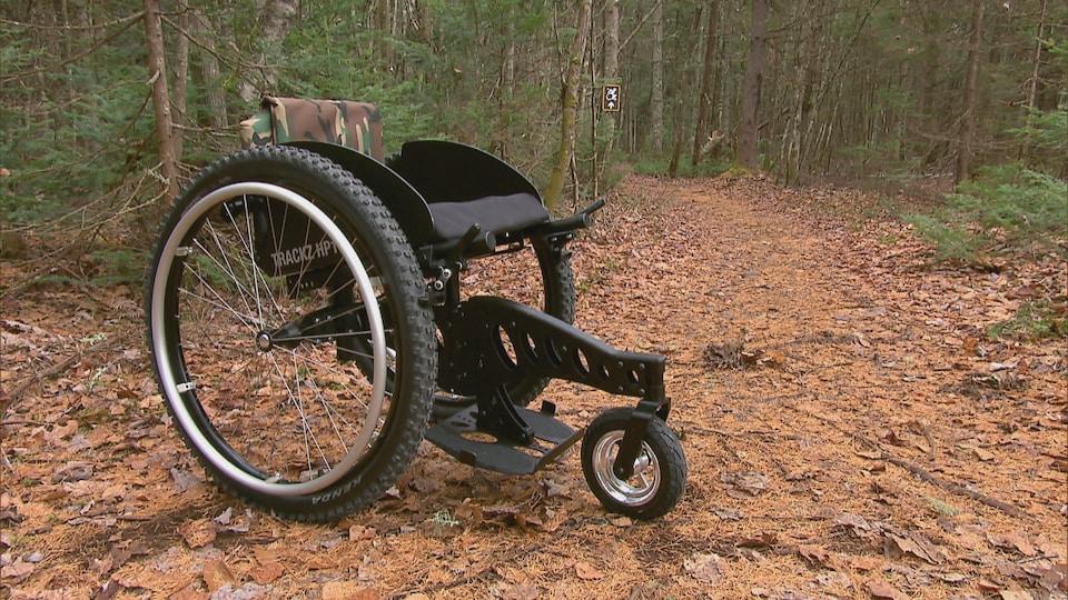Le fauteuil roulant tout-terrain de Trackz Mobilité sur un sentier