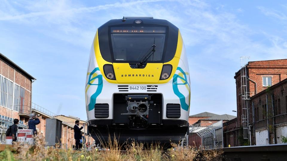 Un train sur lequel il est écrit « Bombardier ».