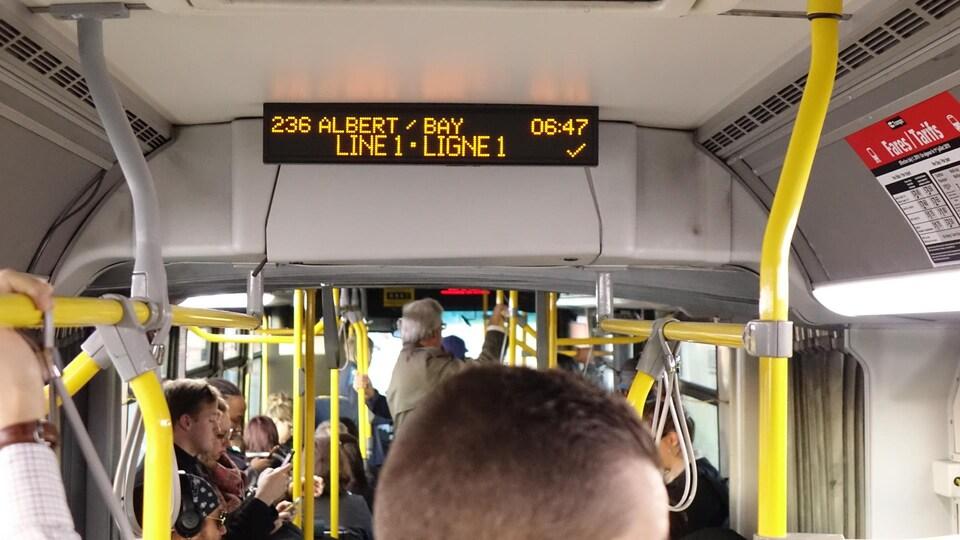 Des usagers ont préféré rester dans leur autobus express plutôt que de prendre le train.