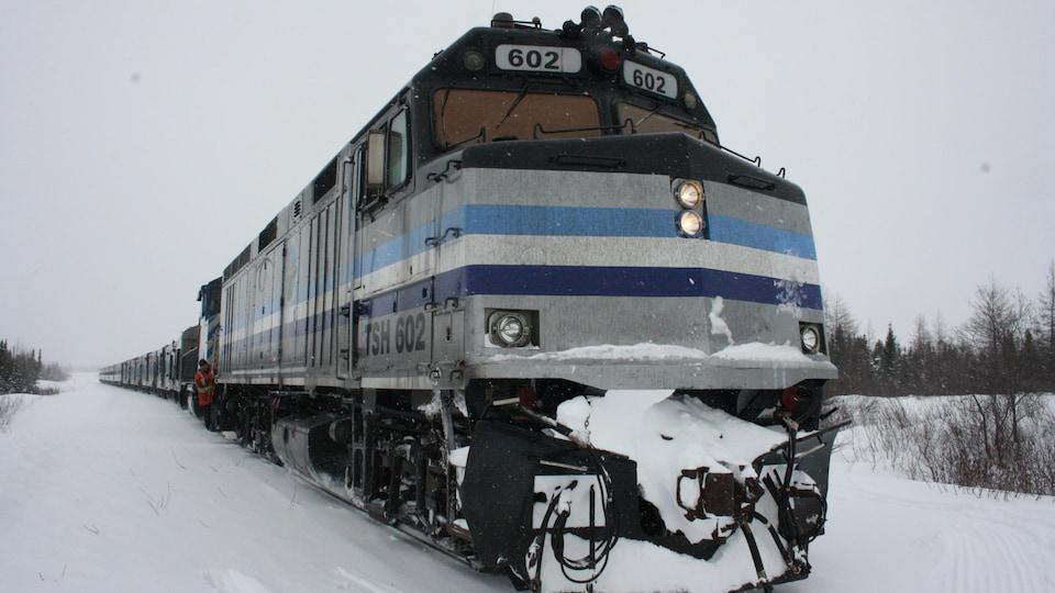 Une locomotive tire plusieurs wagons.