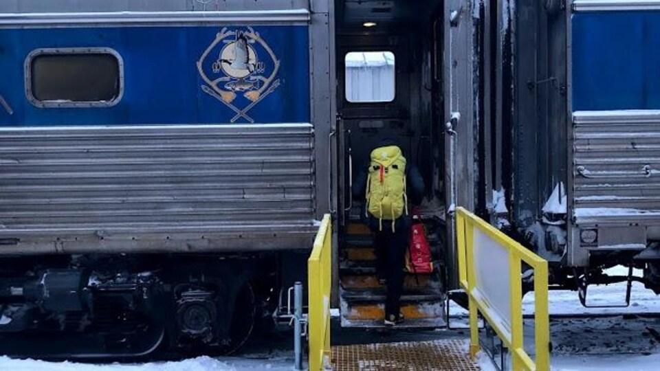 Une passagère embarque dans le train.
