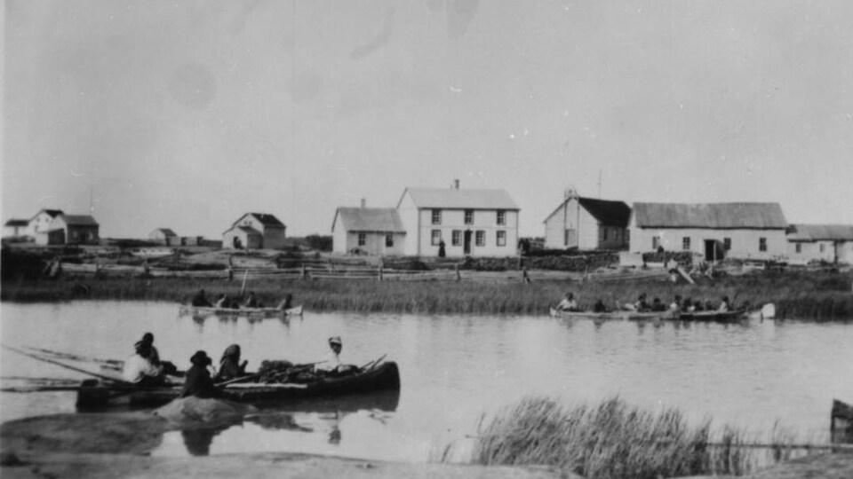 Des embarcations sur un lac des Territoires du Nord-Ouest dans les années 1920.
