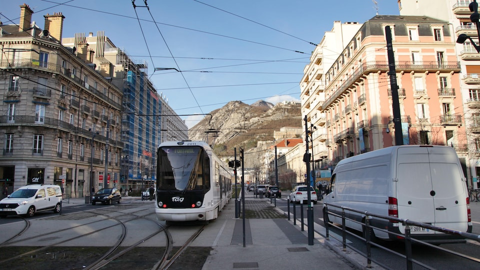 Un tramway dans le centre-ville de Grenoble