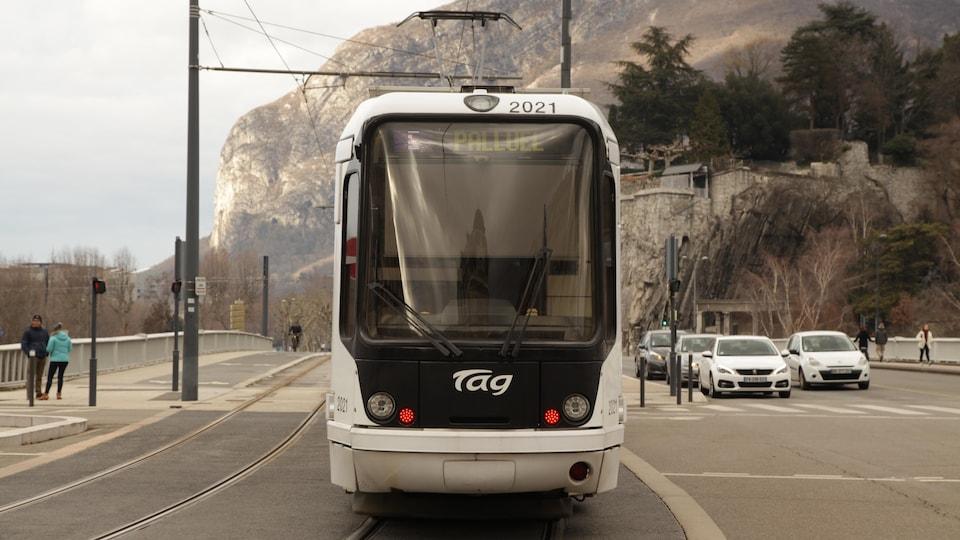 Un tramway circule sur la ligne E en banlieue de Grenoble.