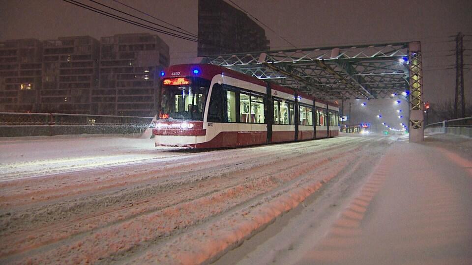 Un tramway lors d'une bordée de neige à Toronto