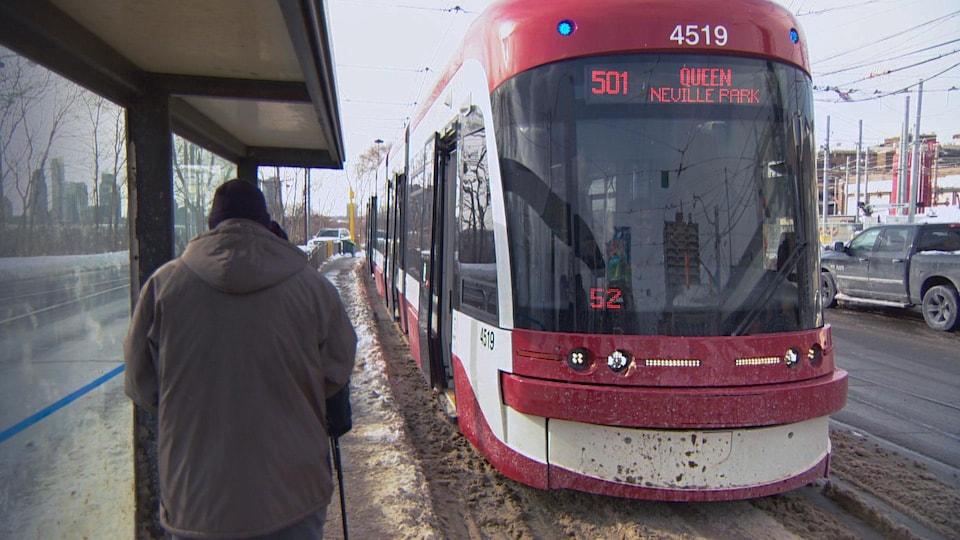 Des passagers attendent le tramway à Toronto