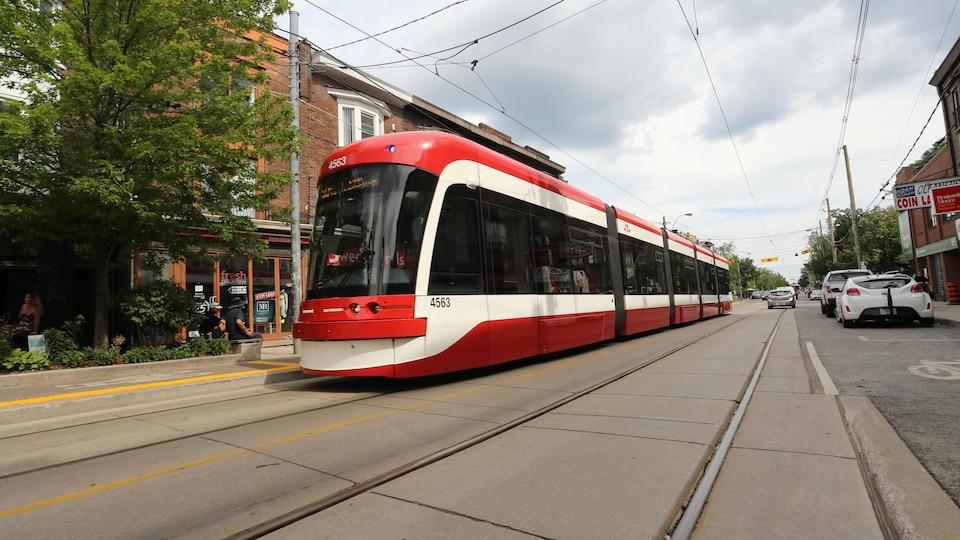 Un tramway circule sur l'avenue Roncesvalles, à Toronto.