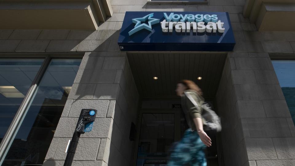 Une passante devant l'agence de voyage Transat