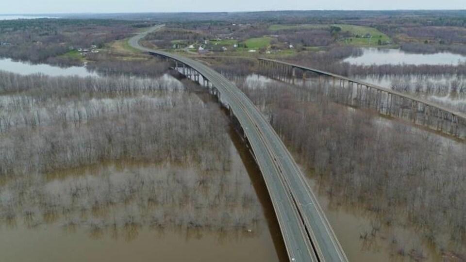 Vue aérienne de deux ponts de la Transcanadienne qui enjambent le fleuve Saint-Jean.