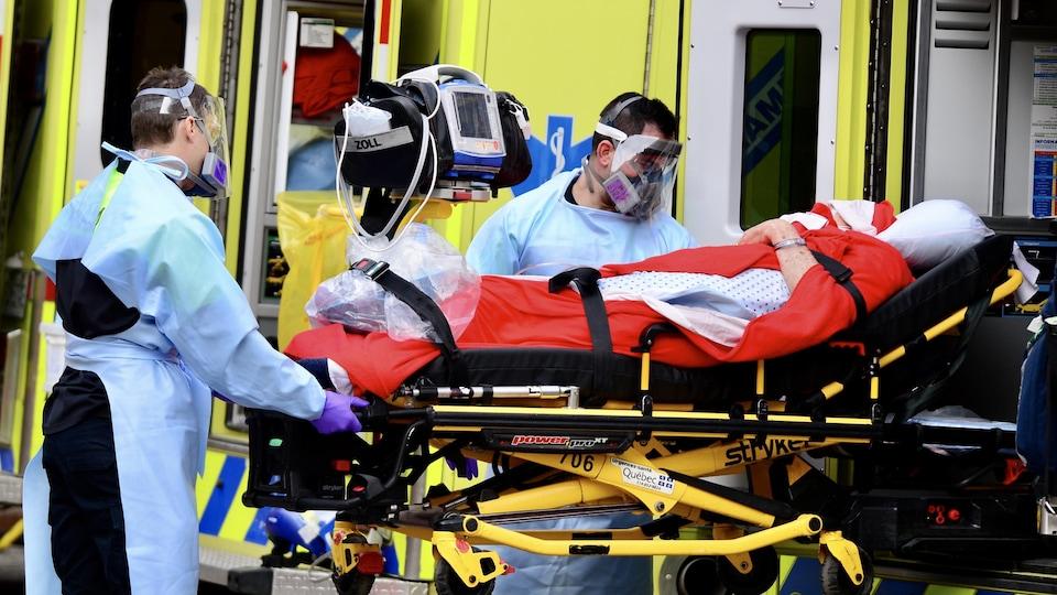 Opération de transfert d'un patient.