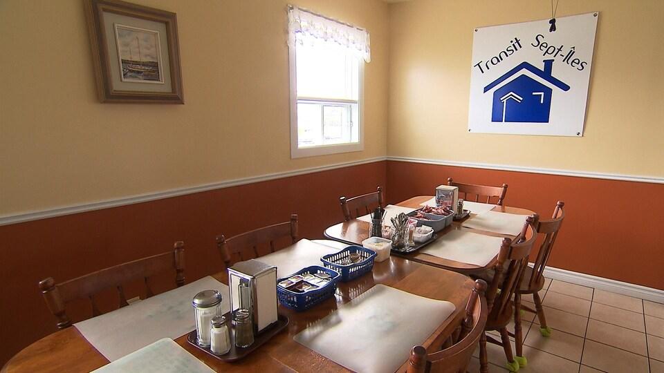 Grande tablée dans la salle à manger de l'organisme Transit Sept-Îles.
