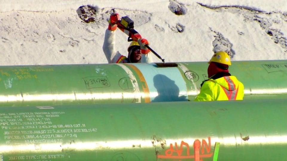 Des travailleurs le long du tracé Trans Mountain près d'Edmonton.