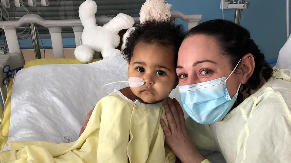 Une fillette et sa mère à l'hôpital.