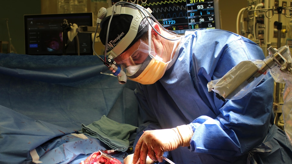 Le chirurgien Marcelo Cypel en pleine opération.