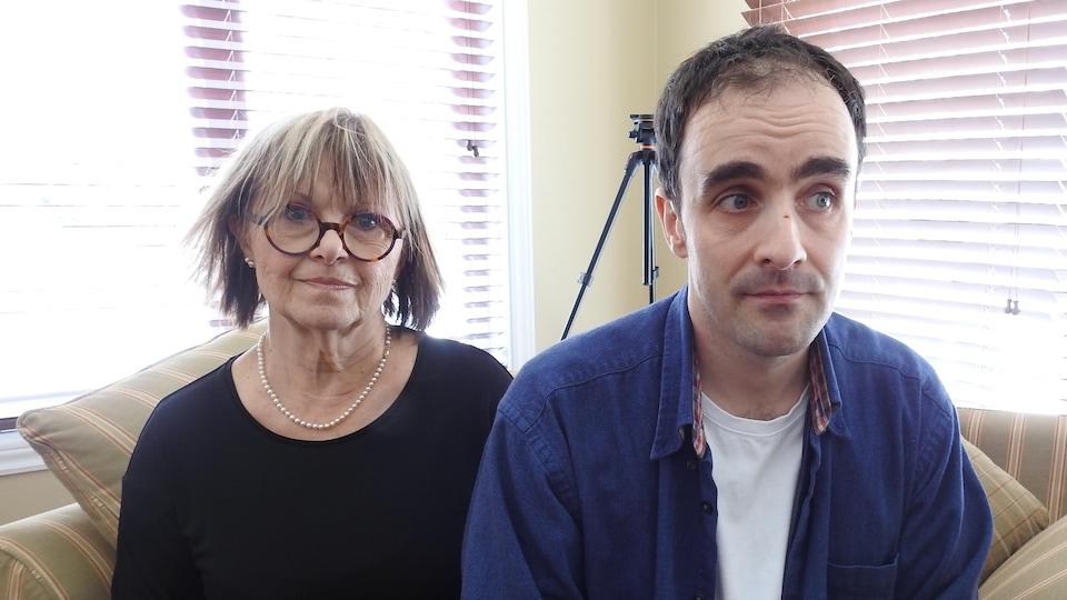 Pierrette Gamelin et son fils Ian-Éric, dans leur résidence à Saint-Zotique.