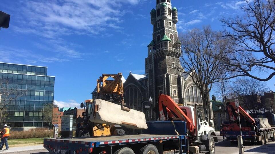 Des blocs de béton sont transportés à proximité de l'église.