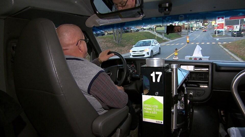 Un conducteur au volant d'un véhicule de la RÉGÎM
