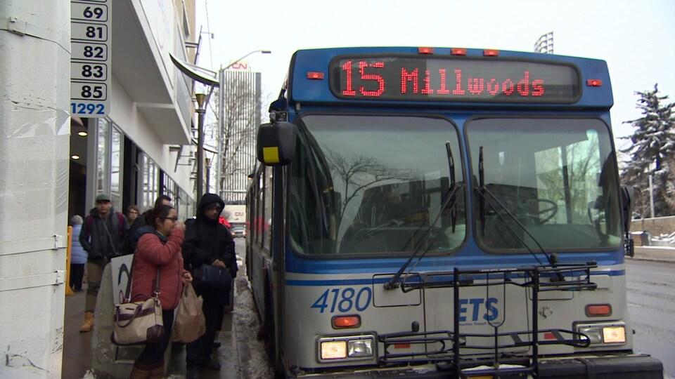 Des usagers du transport en commun attendent un autobus au centre-ville d'Edmonton.