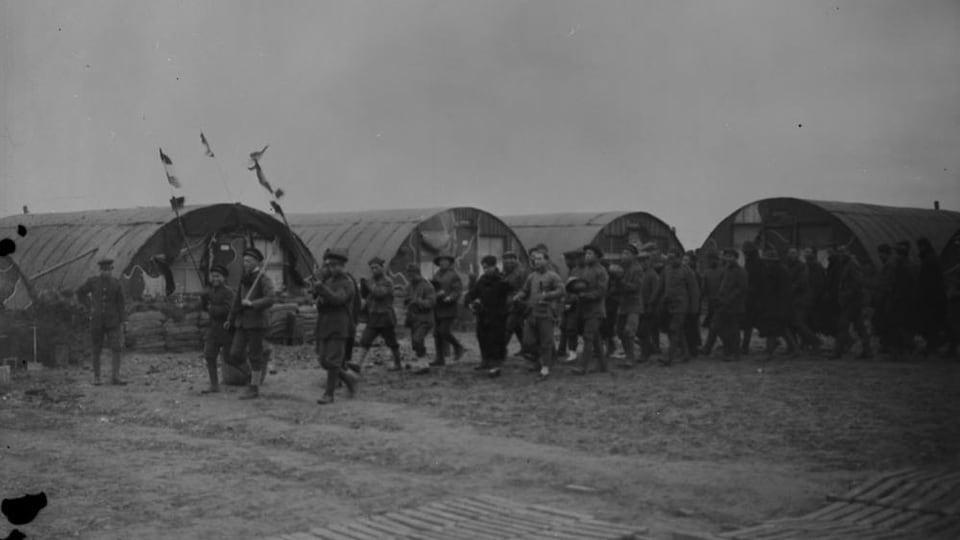 Des hommes paradent avec des drapeaux.
