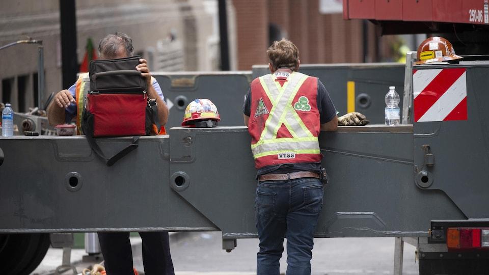 Les ouvriers d'un chantier de construction de Montréal prennent leur pause.