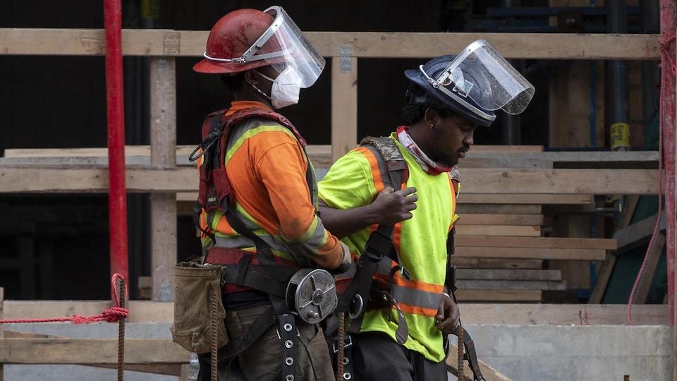 Des ouvriers à un chantier de construction.