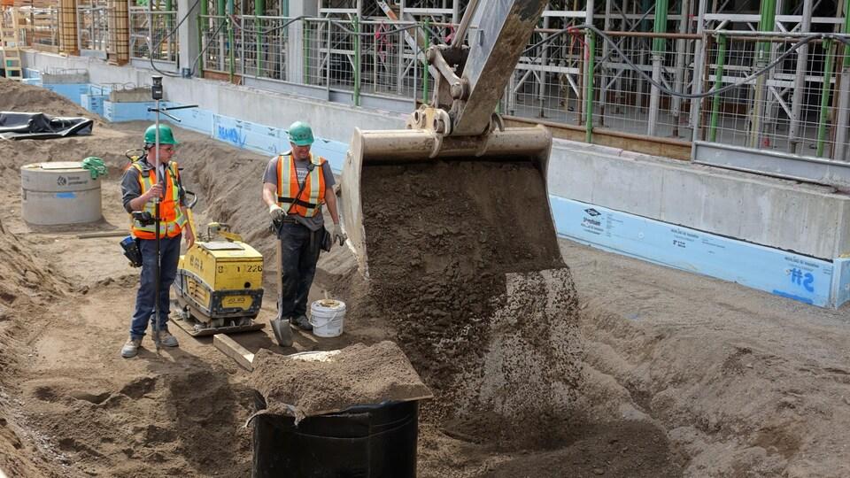 Le responsable du chantier souligne qu'une grande partie des travailleurs sont originaires de Rimouski et d'ailleurs au Bas-Saint-Laurent.
