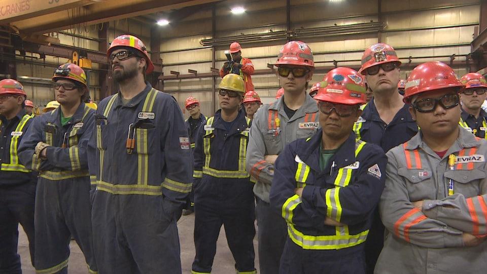 Des travailleurs de l'usine Evraz, avec leur casque de sécurité.