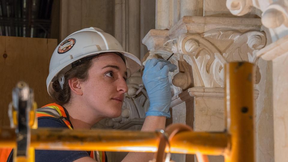 Une travailleuse en opération dans l'édifice de l'Ouest, à Ottawa.
