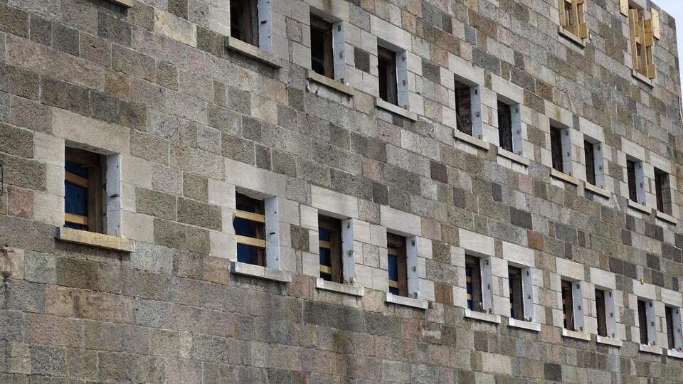 Deux murs de l'ancienne prison sont préservés lors des travaux d'agrandissement du palais de justice.